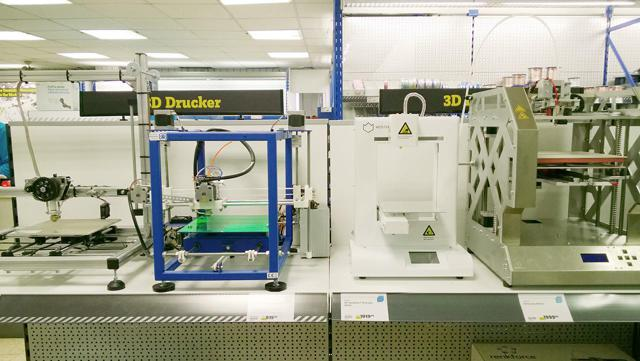 Several no-name 3D printers waiting for consumers