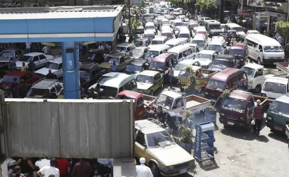 Vehicles queue at a petrol station during a fuel shortage in Cairo June 26, 2013. REUTERS/Mohamed Abd El Ghany